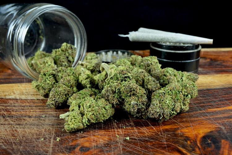 大麻の葉や花を使ったマリファナ