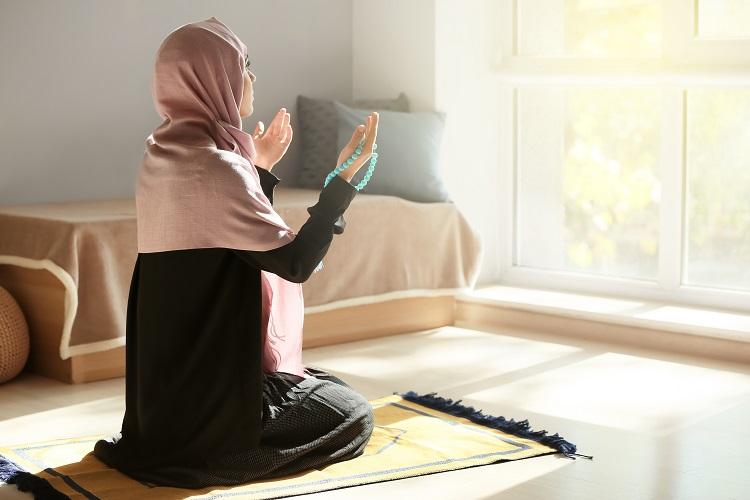 ムスリムの女性がお祈り前に身を清める
